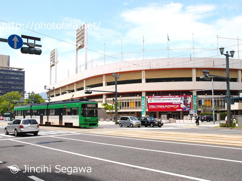 広島市民球場の外観。路面電車が走り抜け、広島の街中のランドマークだった。