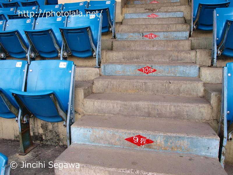 内野の通路と座席。1957年に完成した球場。いたるところに年季を感じる。